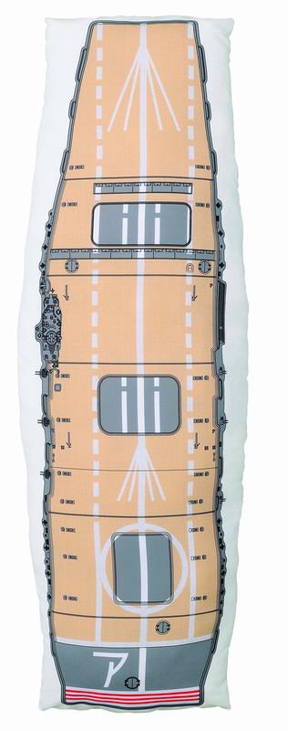 航空母艦「赤城」の飛行甲板をデザインした、約1mの長いクッション。裏面は、空母機動部隊の主力として活躍する艦娘「赤城」が描かれている