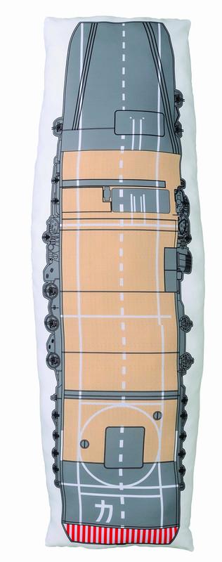 航空母艦「加賀」の飛行甲板をデザインしたクッション。裏面には、艦娘「加賀」がデザインされている。最後のくじを引くとその場でもらえる