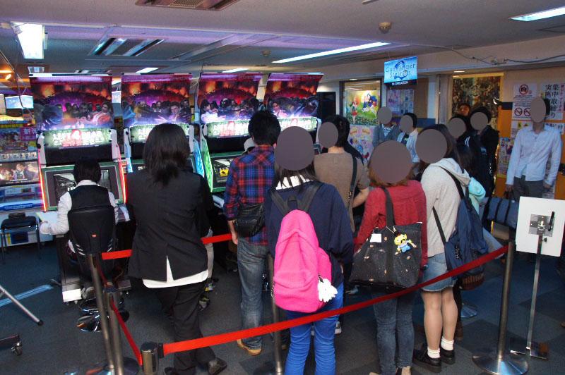 メディア向けの試遊のあとに開店時間となったのだが、開店と同時に約40人ほどが詰めかけ列を作っていた。平日の午前中ながらこの集客には驚かされる。ちなみに夕方再度訪れたときは80分待ちとなっていた