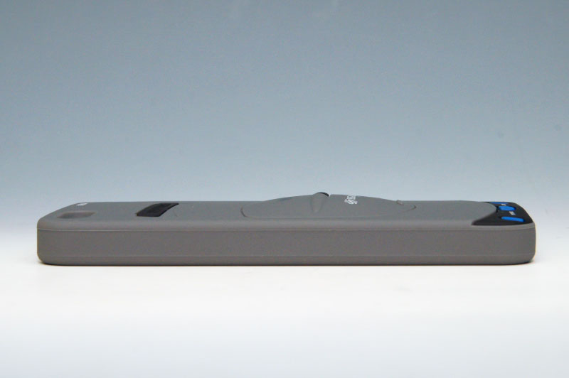 縦長ながらセガサターンの特徴を上手く再現している。POWERボタン、OPENボタン、RESETボタン周りの作りも細かい。全体的に薄く平べったいが、ディスクカバーの部分は膨らんでいる