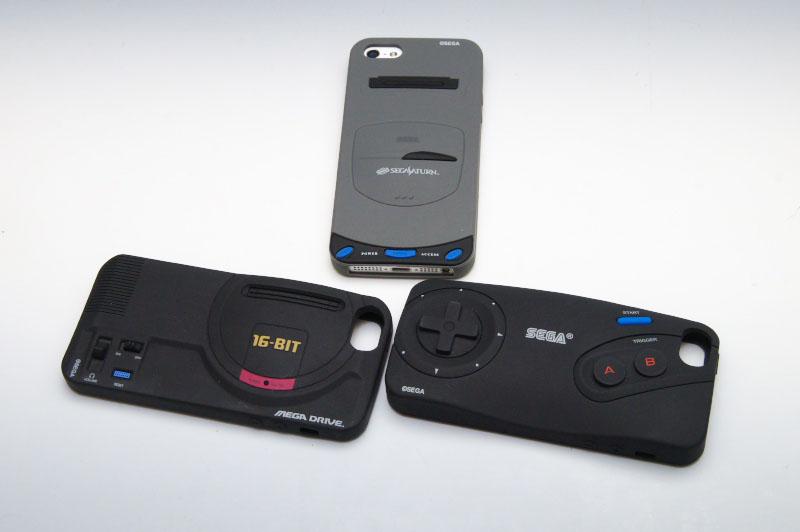 カバーと画面保護フィルターを着けて、表も裏もセガサターンなiPhone完成!これまでに発売されたメガドライブ本体、メガドライブコントローラーのカバーとも並べてみた。こうして並べておくというのもいい感じだ