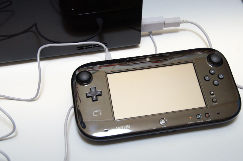 Wii Uは縦置き、横置きどちらでも使用可能。アダプターの分だけ奥行きが増すのが少々ネックだが、Wii U GamePadをACアダプターやUSB端子を使わずに充電できるのは便利だ