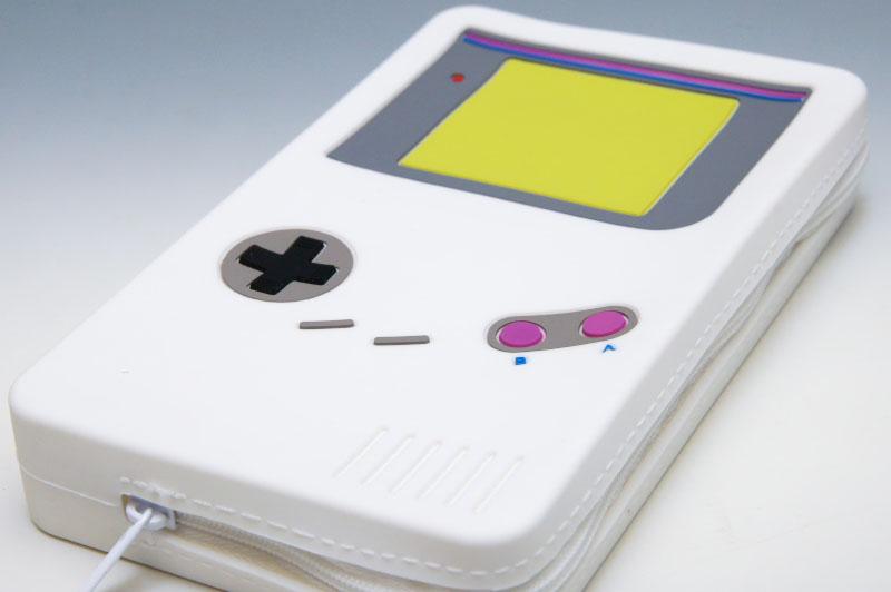 シングルファスナータイプのシンプルなポーチ。デザインはそれらしさはあるものの、もう少し手を加えて欲しかったところがある。特に携帯ゲーム機側はすっきりとしすぎていて寂しい