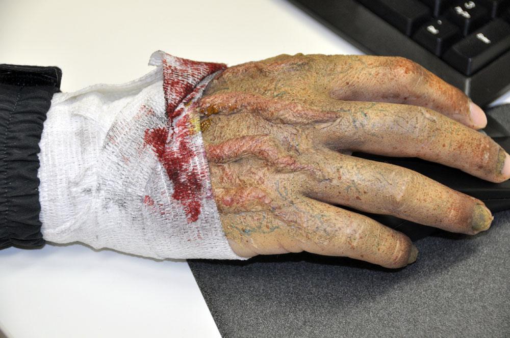 メイクは手にもこだわりが。太い血管は毛糸に樹脂を被せたものだという