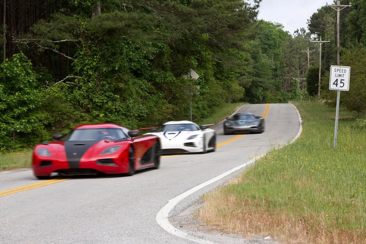 超スーパーカー、ケーニグセグ・アゲーラRが3台並んでレースを展開!