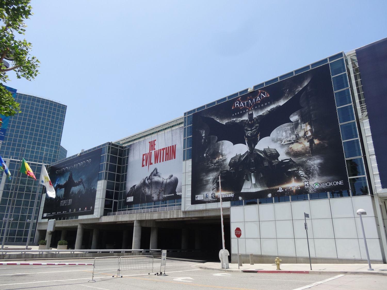コンコースホールには大手メーカーの大型タイトルの広告がずらりと並ぶ