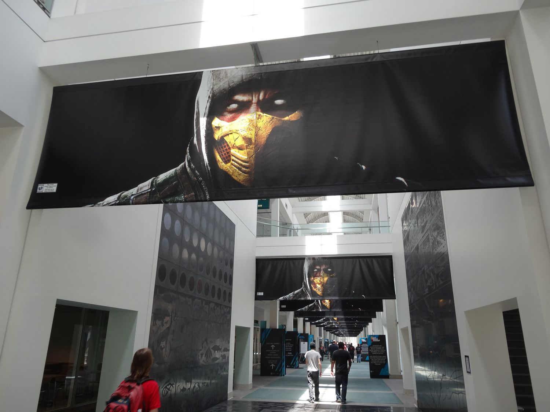 屋内は、海外のサイトで、E3設営中の写真が流出するなどしてしまったためか、かなりガードが堅く、ブース入り口に近づくこともできなかった
