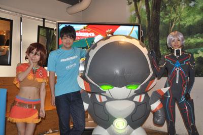 声優の石川界人さんと、アニメ内のキャラクターコスプレ。中央がレドが乗る機体「チェインバー」