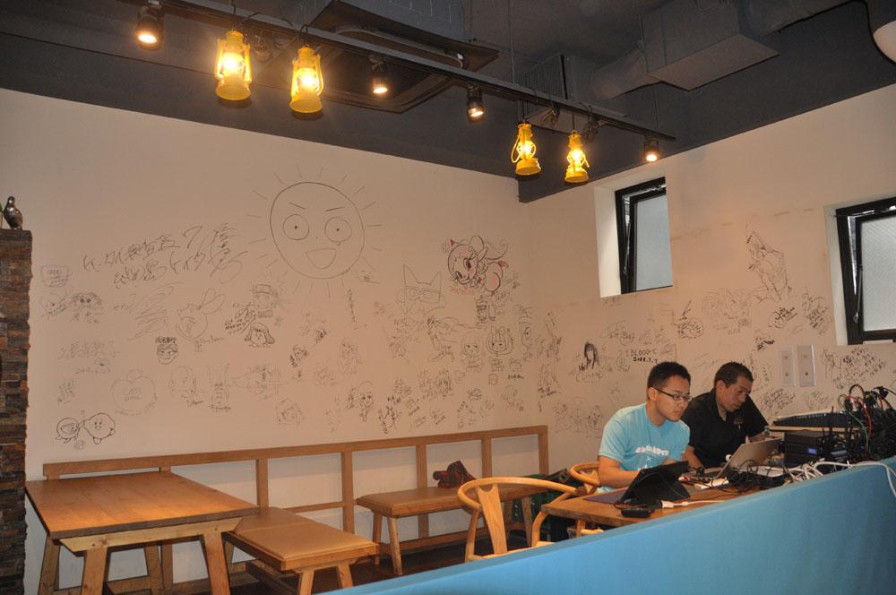 会場では試遊ができたほか、作品の世界観を活かした料理も。会場となった武蔵野カンプスはProduction I.Gの建物の1階のレストランで壁にはスタッフ達の落書きがたくさん
