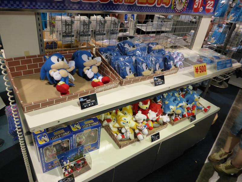 グッズ売り場でも海外販売のみのグッズがラインナップされていた