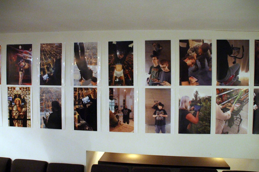 """壁にはWargamingが社内で行なったフォトコンテストの写真が。社員が思い思いの""""「World of Tanks Blitz」のある風景""""を写真にしている"""