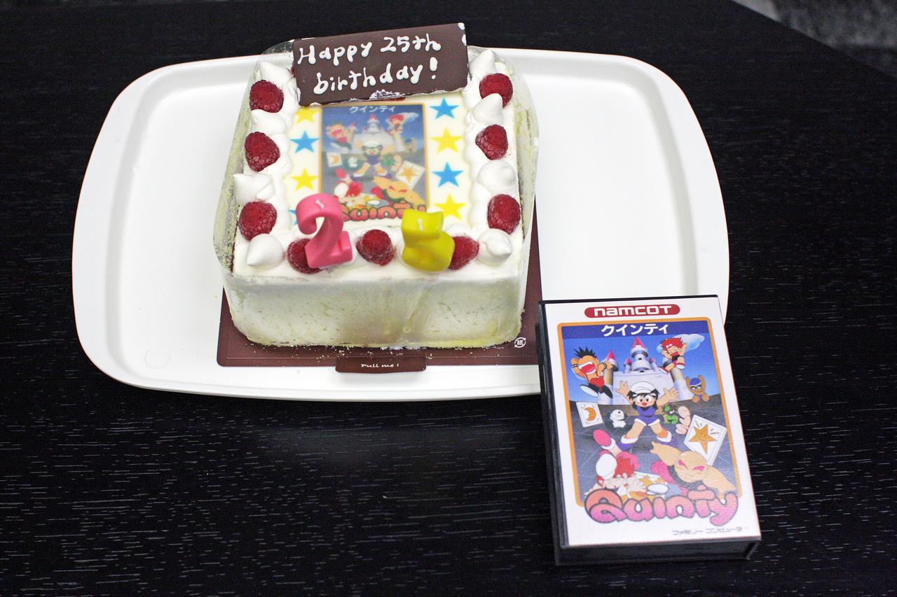 バンダイナムコさんが用意した「クインティ」25周年記念のケーキ。ケーキには「クインティ」のパッケージがプリントされていた。唯一のパッケージと共にパチリ。ケーキ入刀は杉森氏が行なったが「もったいない!」を連発されておいでだったのが印象的