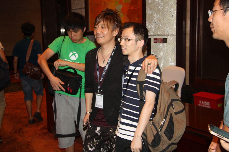 講演終了後のお馴染みの光景。中国にも早くも吉田氏のファンがいる!