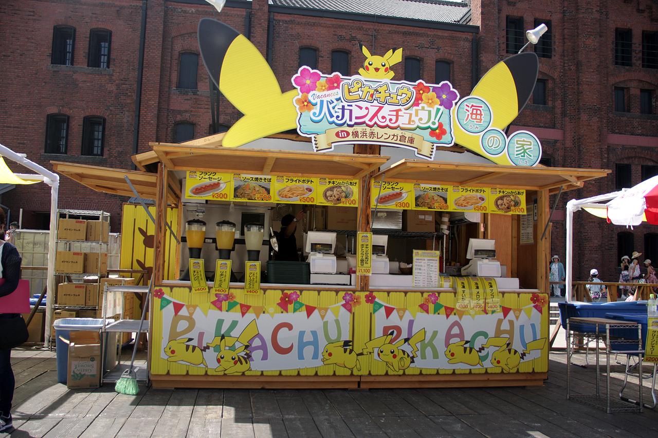 「ピカチュウ大量発生チュウ! at 横浜みなとみらい」の期間中にオープンする「ピカチュウ海の家」。隅々まで凝った内容となっている。もちろんメニューもフード類も用意されている