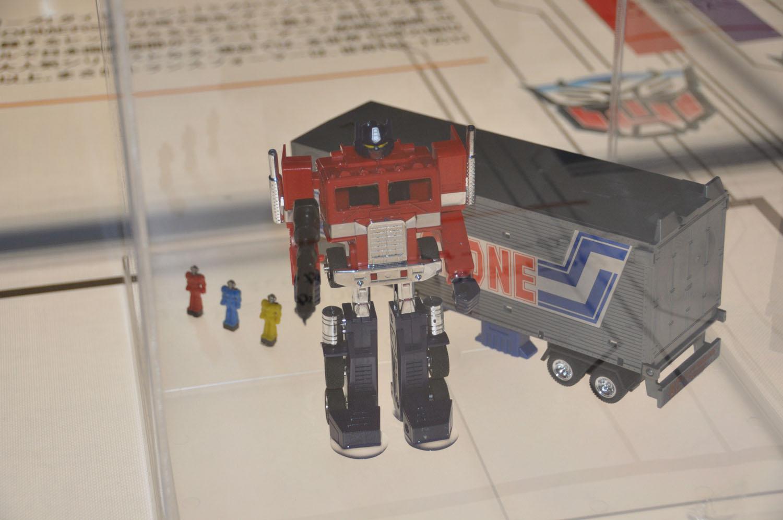 歴代トランスフォーマー玩具がお出迎え。年表にはそのときのコンボイやメガトロンが