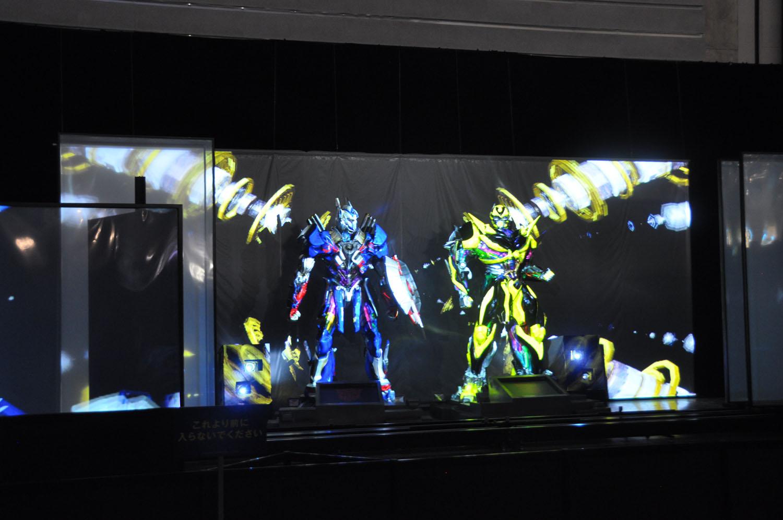 スクリーンと立像に映像を重ね合わせる。右下はメガトロンの頭部