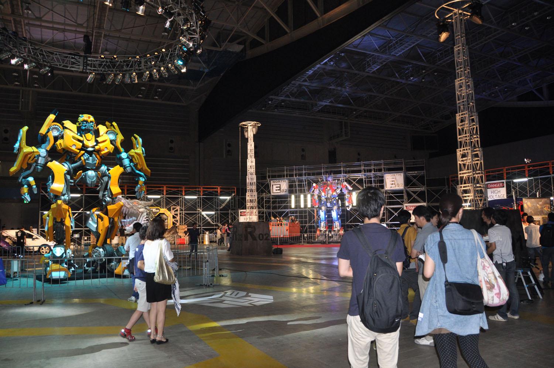 立像や、スーパーカーの展示を見ることができる