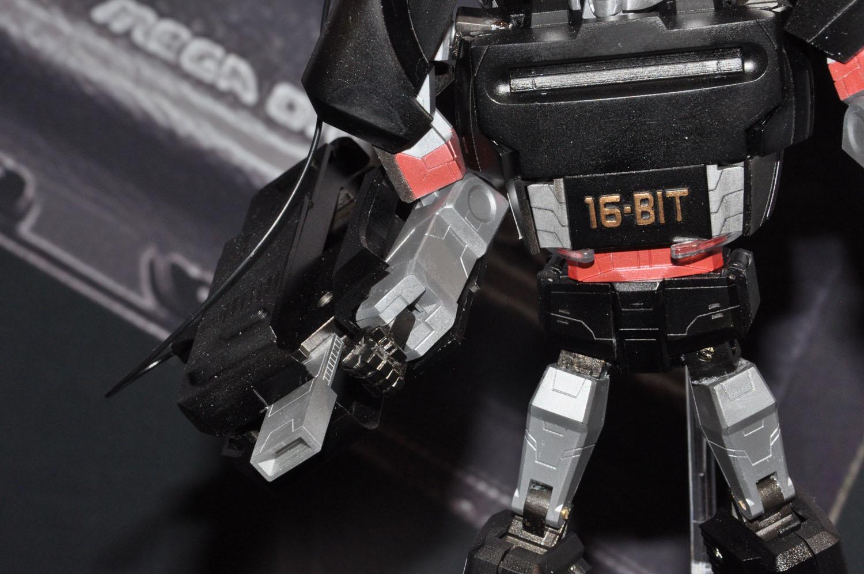 顔のデザインや右腕の大型武器、全体のフォルムなど、G1メガトロンの特徴を取り入れている