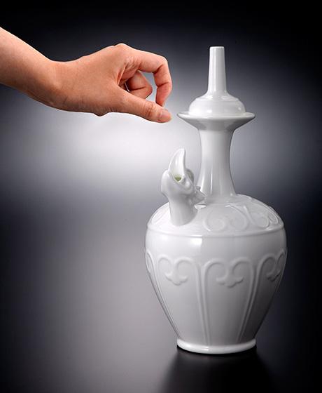 劇中はっきり描写されなかった細部を、骨董や北宋時代の資料から考察し、実用の水瓶として作り出した