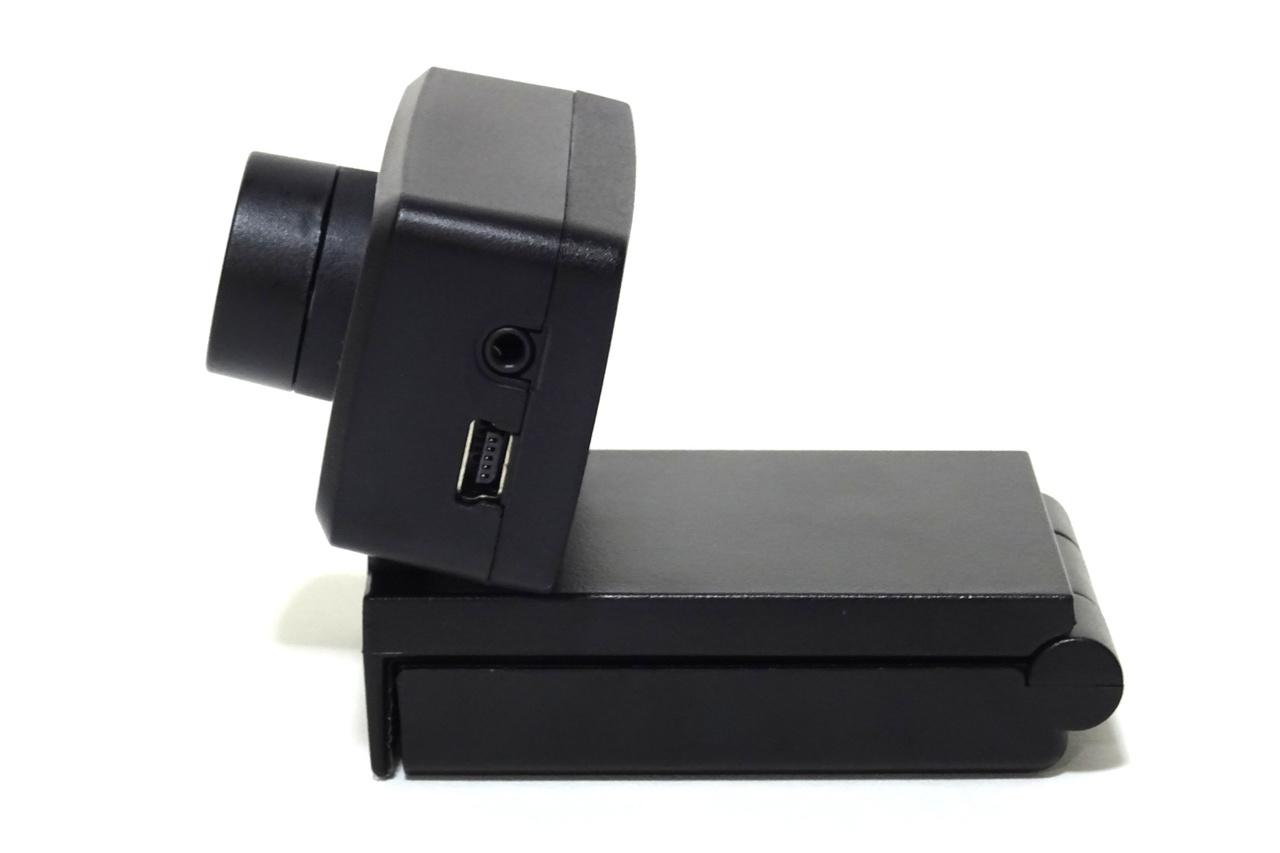 カメラの台座は変形が可能でモニタ上等に固定可能。取り外しもできる