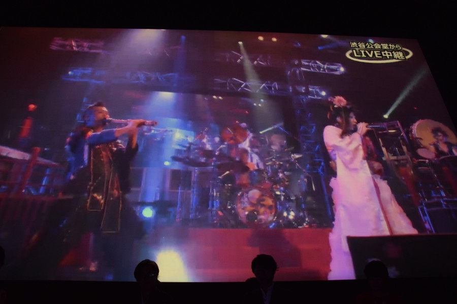 同時刻に渋谷でライブ中の「和楽器バンド」を発表会会場にて中継する試みが行なわれた。一瞬だけ映像と音が止まったものの、それ以外は無事「戦-ikusa-」の中継を完了。「上手くいかなかったときのために用意した映像を流さずにすんでホッとしました(鯉沼氏)」
