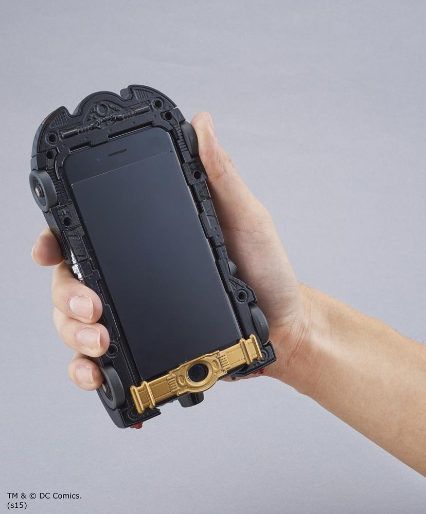 前輪部分がスライドし、カメラ機能を使ったり、音量を操作できる。iPhoneを押さえるバンド部分も注目