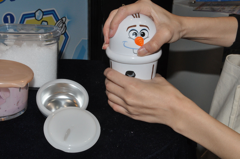 氷と塩を入れ、振ることでジュースやヨーグルトがアイスになる「フルキャラアイス」ディズニーキャラクターをモチーフに展開する