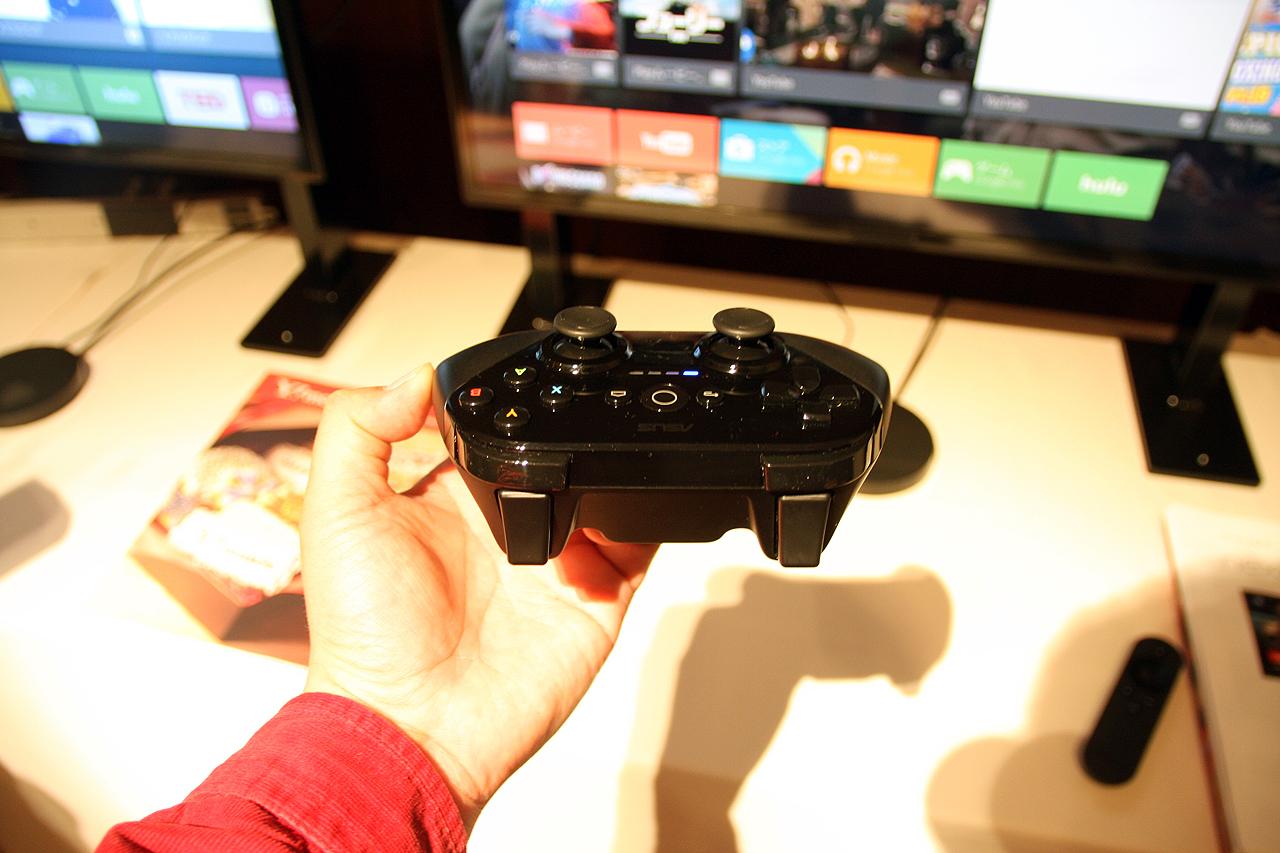 ゲームコントローラー。ペアリングすればコントローラーでメニュー画面の操作からゲームプレイまで可能となる。十字ボタンをアナログスティックを左側に配し、A・B・X・Y、背面に2つのトリガーが用意されている。マイクは装備されていないので、音声検索はリモコンで行なうしかない
