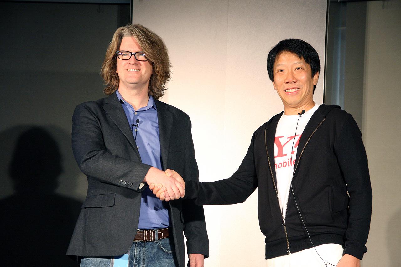 ワイモバイルのエリック・ガン氏(右)とGoogle Play アジア太平洋地域統括副社長のクリス・ヤーガ氏がプレゼンテーションを行なった