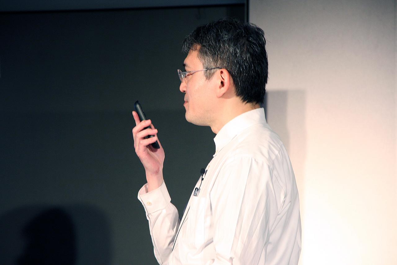 「Nexus Player」のリモコンで音声検索のデモを行なう。精度は高く1発で検索結果が表示される。ただし音声検索のみで、音声による操作はできない