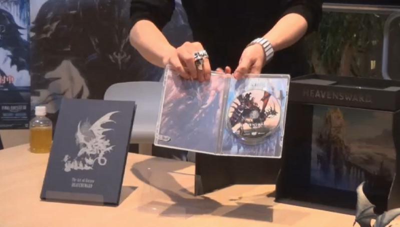アートブック(左)と、クライアント。パッケージの内側には、赤いニーズヘッグなど今後の強敵となりそうなドラゴンが描かれている