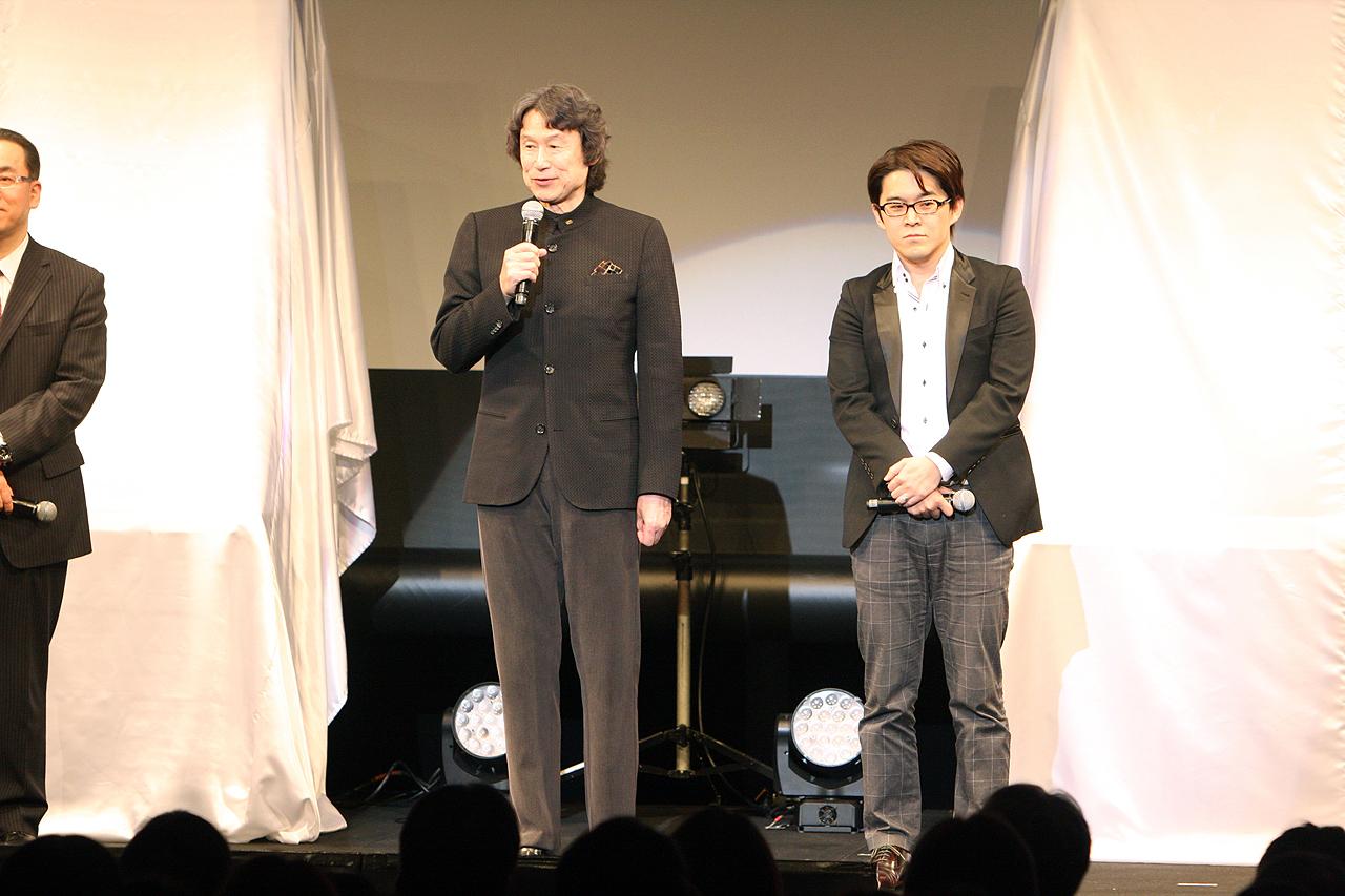 開発を担当するコーエーテクモホールディングスの襟川洋一代表取締役社長(左)と、早矢仕洋介プロデューサー(右)