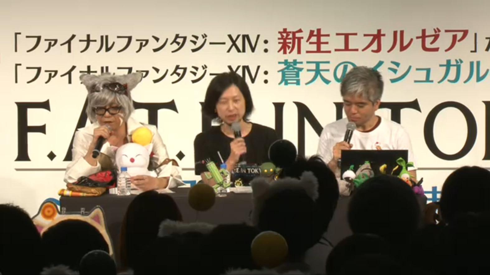 左から、機工士のコスプレ姿のプロデューサー兼ディレクターの吉田直樹氏、ゲストのメインシナリオライター前廣和豊氏、コミュニティチームの室内俊夫氏