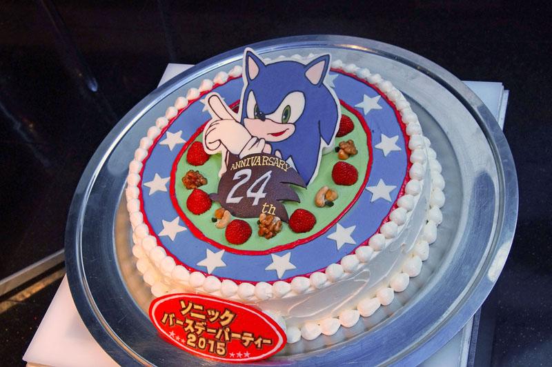 こちらも毎年恒例、ソニックに誕生日ケーキ!