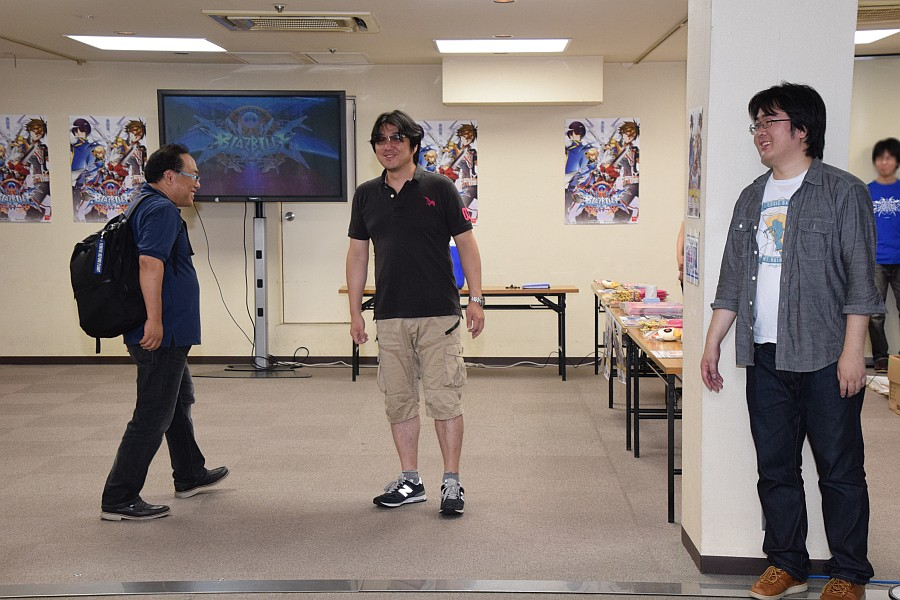 さぁ開場!……と思いきや扉を開けて入ってきたのはアークシステムワークスの社長さん。思わず笑ってしまう森プロデューサーと石川ディレクター