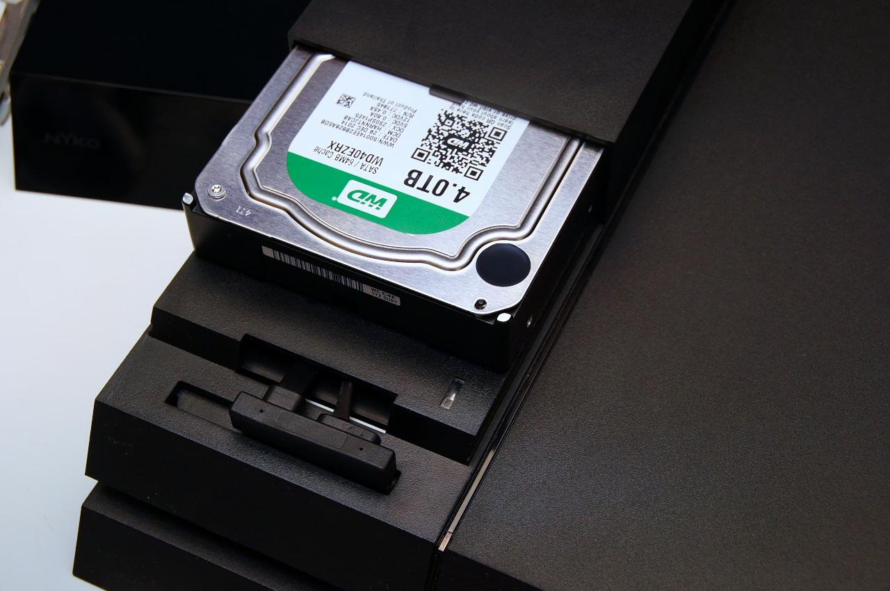 内蔵HDDを外し、「Data Bank」と3.5インチHDDを取り付け。電源はPS4本体用の電源との間に噛ませて得る方式になっている