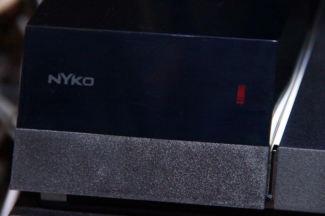 「Data Bank」取り付け完了後。HDDベイ付近が大きくはなるが、表面加工や色味など全体の一体感はなかなかいい感じ。HDDアクセス時はオレンジのランプがスモークのカバー越しに見えるようになっている。容量は3.57TBになったのだが……