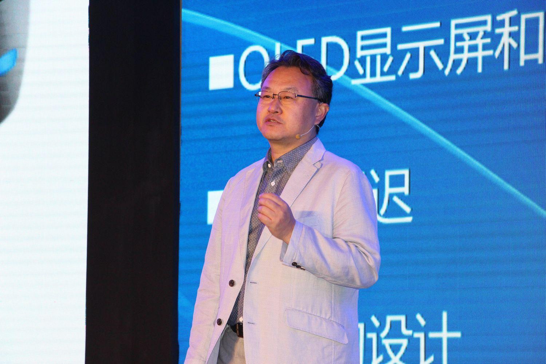 吉田氏は、Project MorpheusのVRデバイスとしての先進性についてアピール