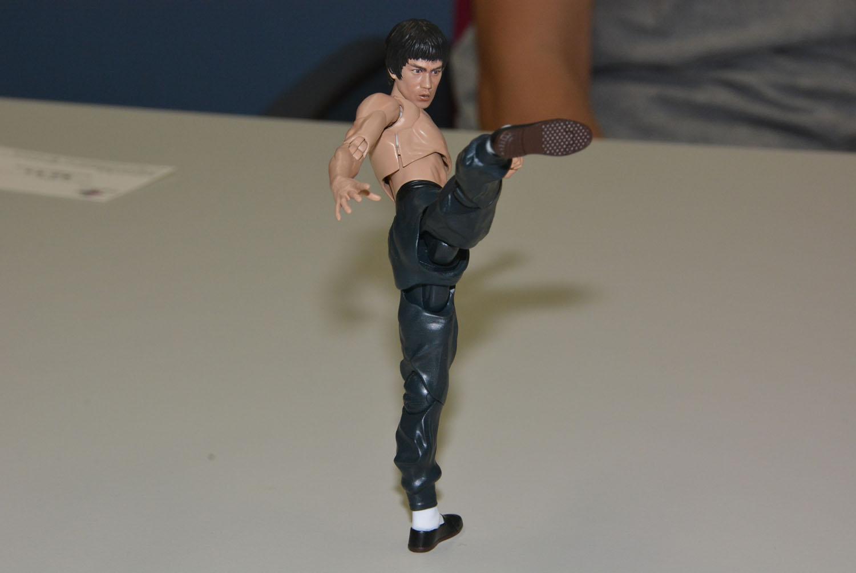 永尾氏はこの蹴りでのズボンの自然さを出すために、試行錯誤を繰り返したという