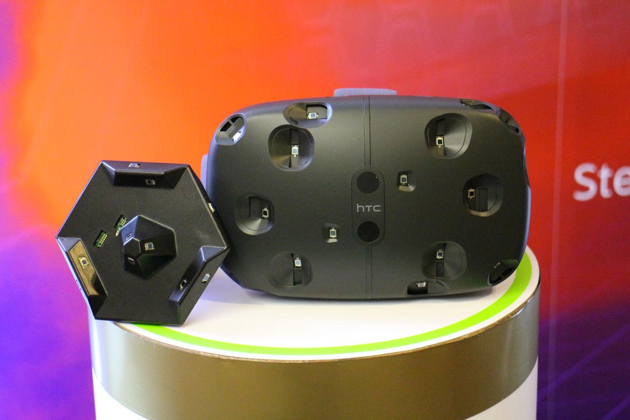 SteamVR初号機「HTC Vive」と、標準添付されるSteamVRコントローラー