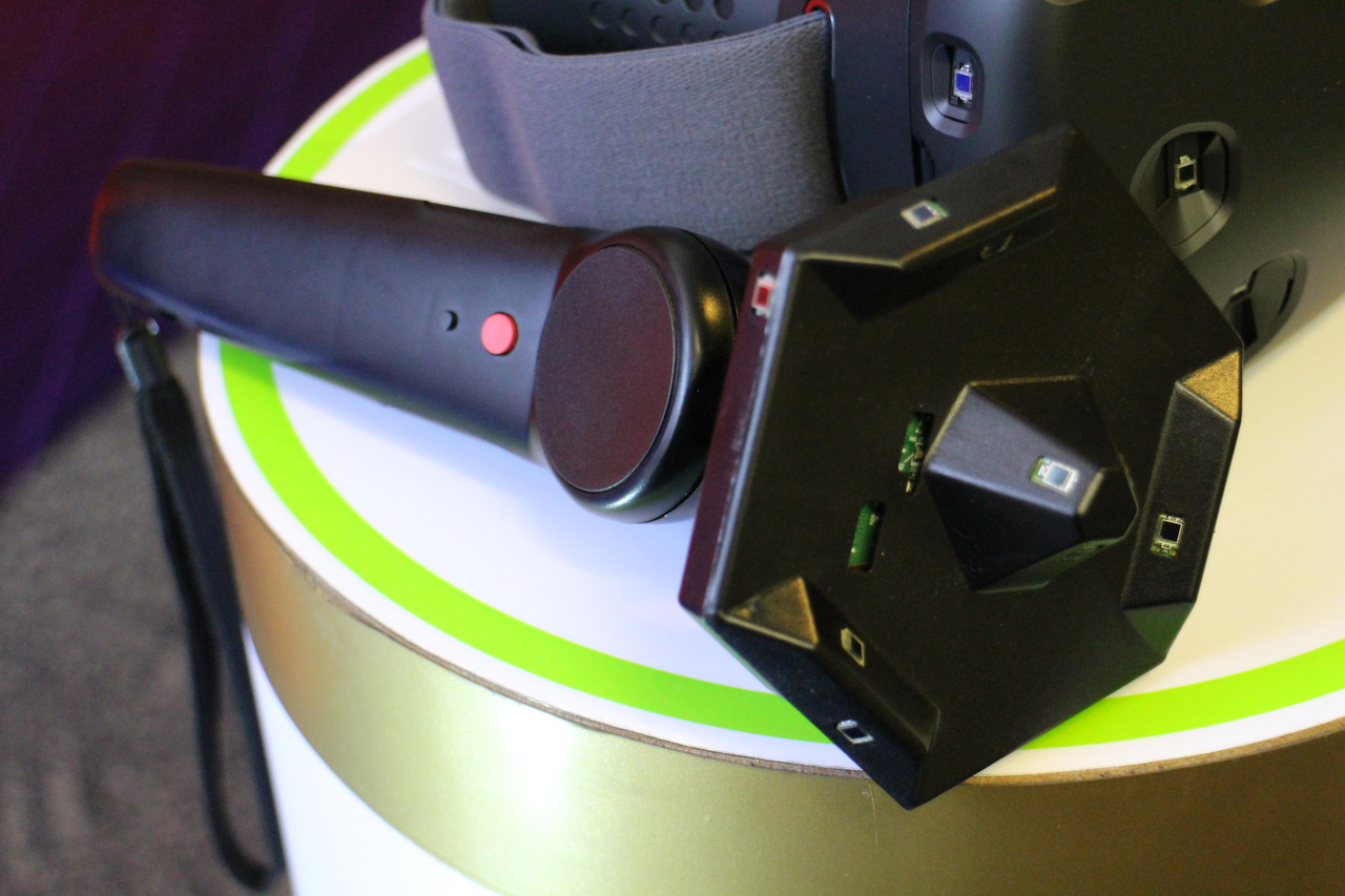 SteamVRコントローラーは先端部に前方に向けてセンサーが実装されている