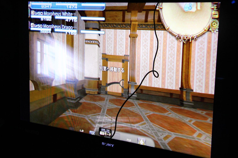 左がVR版、右が通常版の画面。VR版では、60FPSを維持するため、画面解像度がかなり抑えられている。HUDの上下が切れているように見えるが、実際のVR画面では綺麗に見えている