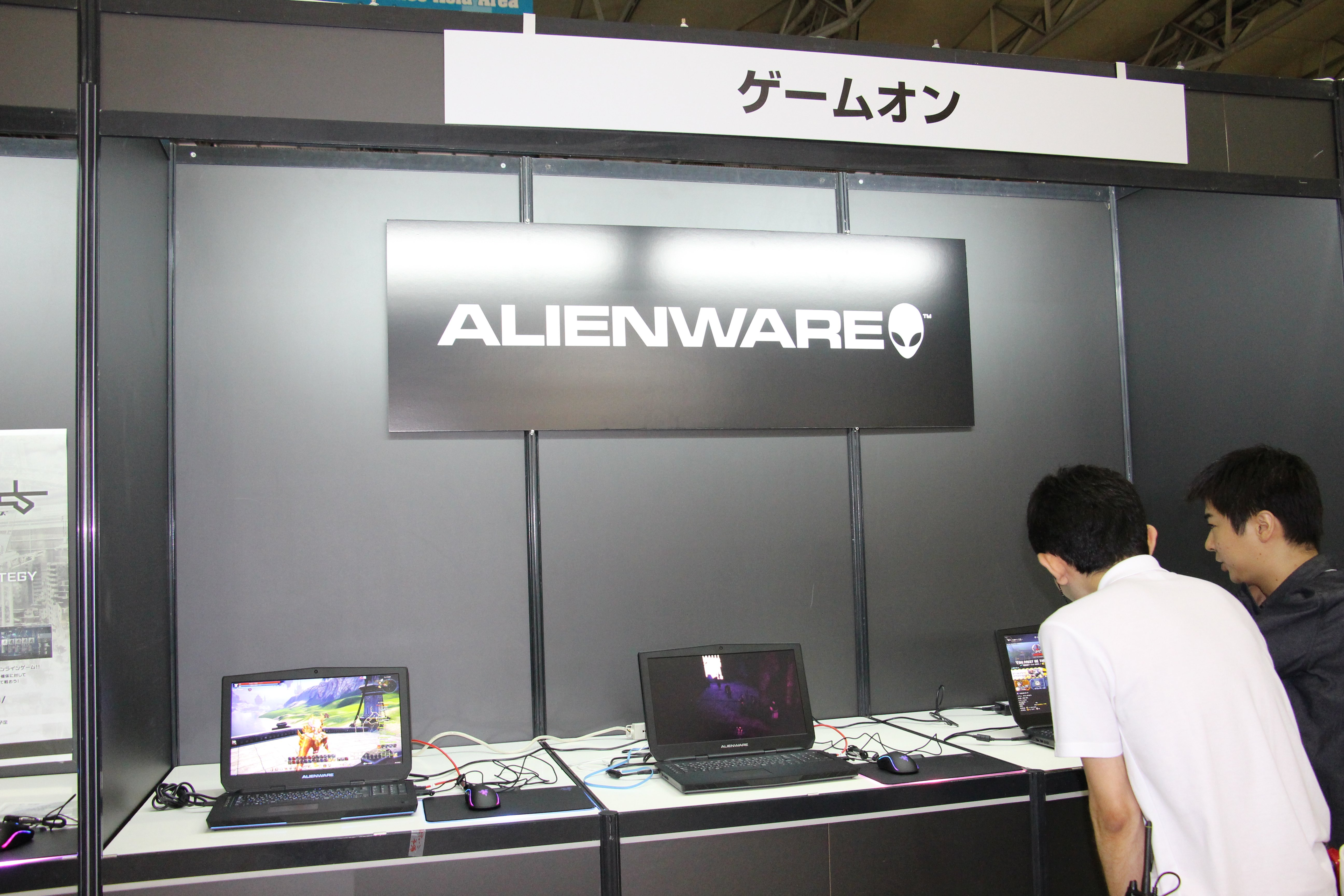 サイバーゲームズアジアの入り口エリアでは、ALIENWAREのゲーミングPCを使ったオンラインゲームメーカー各社の出展が行なわれていた