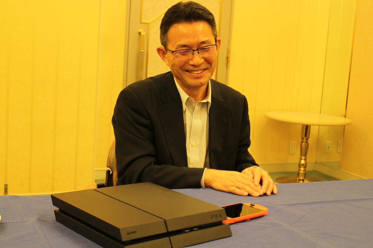 伊藤氏は話がノッてくるととにかく笑顔が多くなる。PS4プラットフォームの順風満帆ぶりに満足しているようだ
