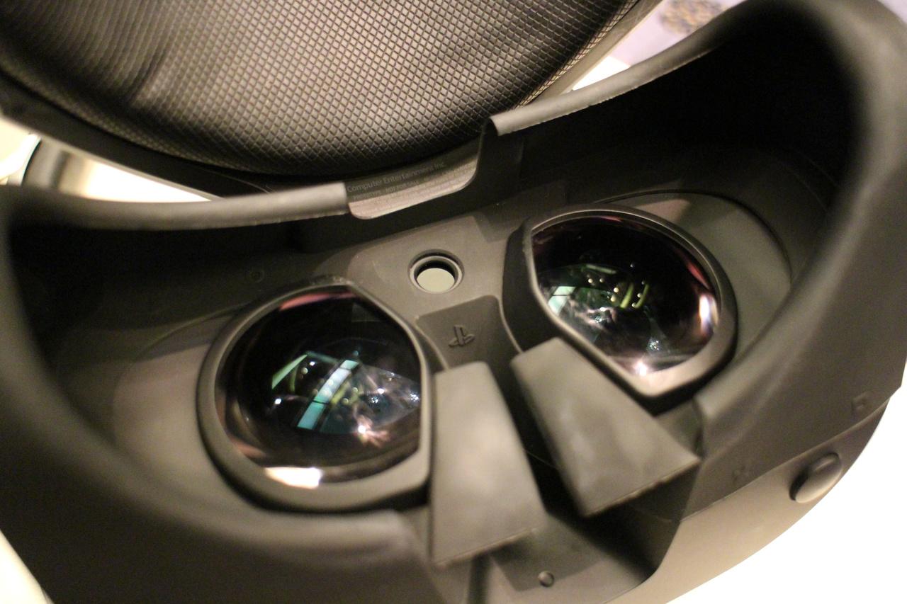 両レンズの中央にある謎の穴。これは装着センサーであることが判明した。距離もとれるということで、個人差に合わせた画像調整などにも使われそう?ただ、今回は詳しくは語られなかった……
