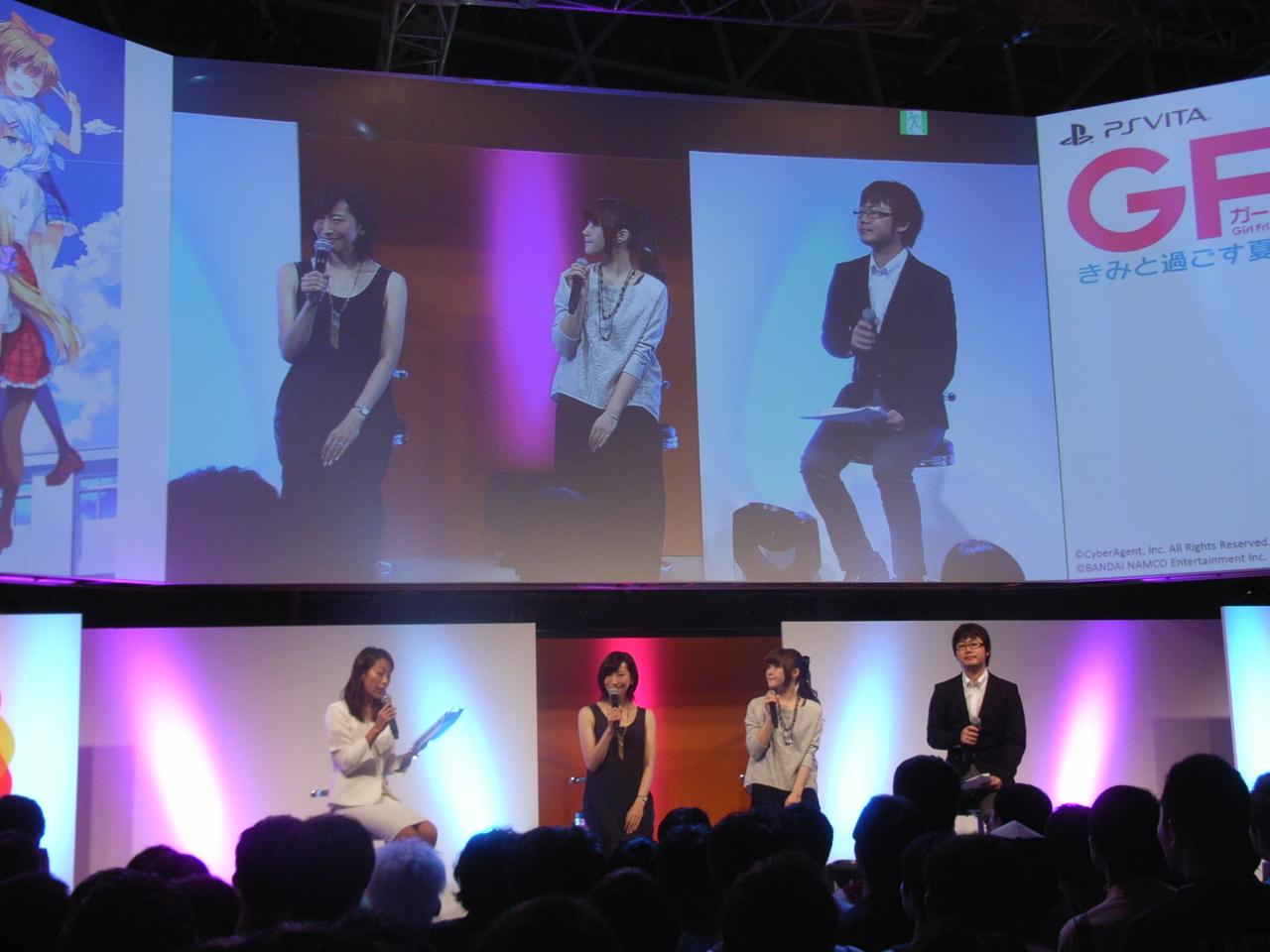 ステージには名塚香織さん、佐藤利奈さん、プロデューサー・境野伸之氏が登壇