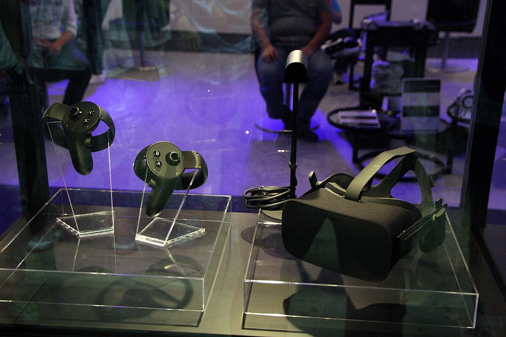PlayStation VRはプレイステーションプラットフォームと言うこともあってそれなりの認知度だが、Oculusは「まだ感度の高いゲームファンのもの」と思っていた」。ところが待ち時間に来場者の話を聞いていると、その認知度の高さにびっくりした。「GearVR」もかなりの行列となっており、それだけ注目度の高さが伺える。みんな「まだまだだよね」と言っているが、この浸透力の高さは市場がアッという間に出来上がる可能性を感じた