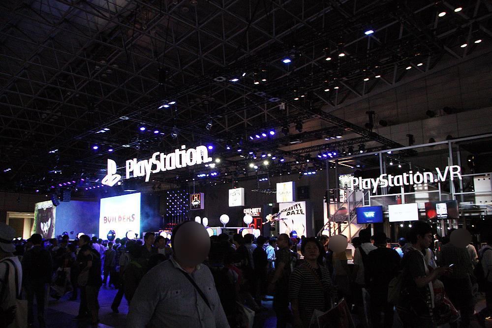 プレイステーションブース。どこもかしこも大盛況。来場者に反応するトリコが可愛らしいというか恐いというか(あまりに大きくて)。そして去年に引き続きPlayStation VRは大人気。なかなか体験できない状況が続いた