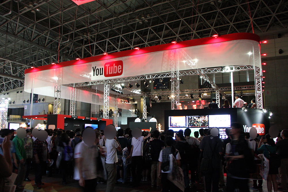 サービス系のブースの人気が高かったのも今年の傾向の1つ。ゲーム大会などが開催され多くのゲームファンが見入っていた