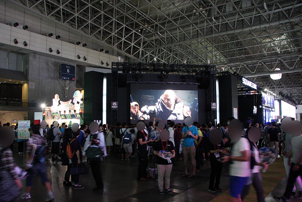 スクウェア・エニックスブース。このステージ前の通路の混雑具合がかなりヤバイ状況に。人気タイトルのイベント時は人であふれかえっていた